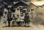 Vers 1950 sur la route de la Ville à l'école. En fausse mariée Alice MICHEL (2).JPG